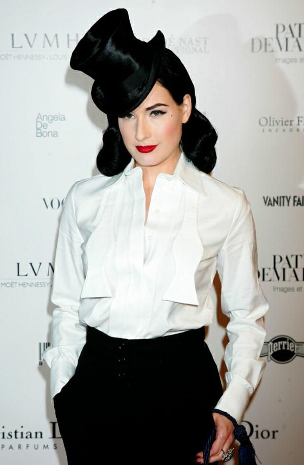 Dita-von-Teese-Zylinder-weißes-Hemd-schwarze-Hosen-Gentleman-Stil