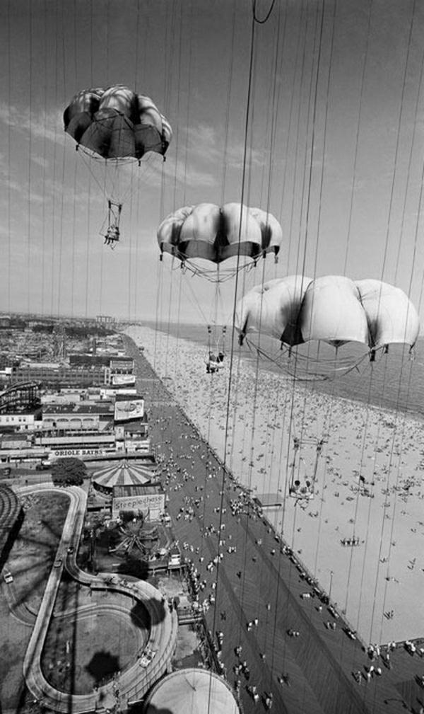 Fallschirm-Absprung-Strand-Leute-Coney-Island-schwarz-weiß