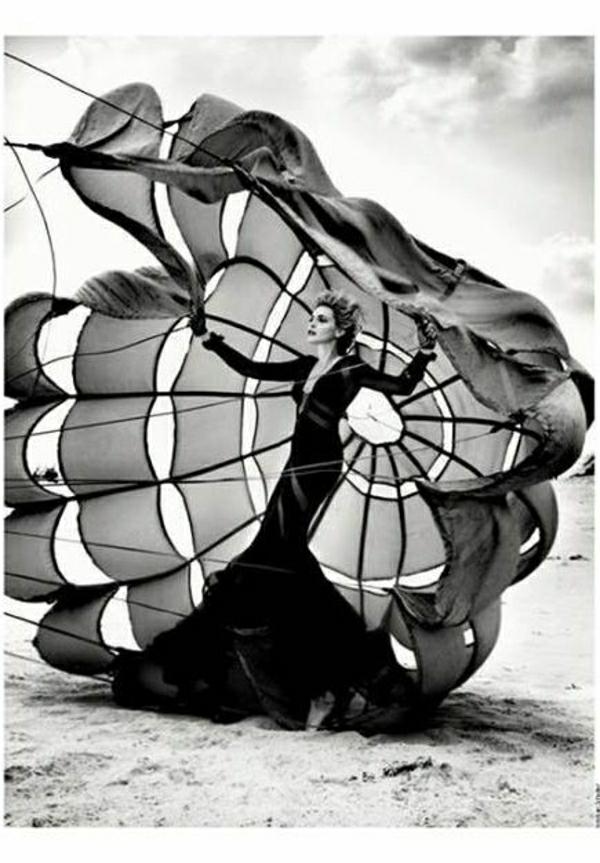 Fallschirm-Fotomodell-Sand-Strand-schwarz-weiß-Foto