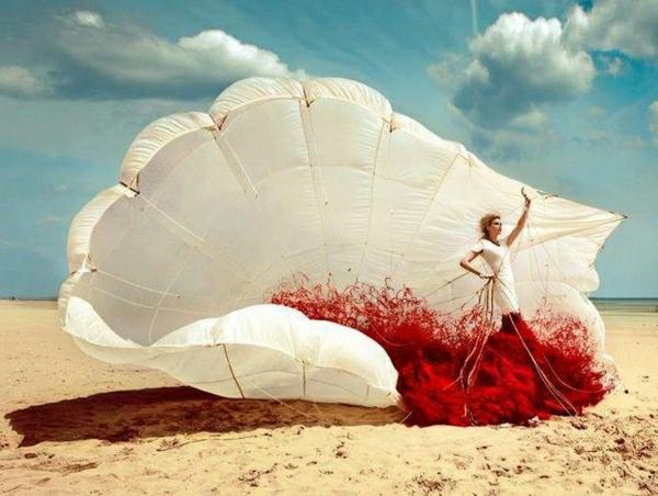 Fallschirm-Sand-Strand-Meer-Frau-Fotomodell-Kleid-weiß-rot