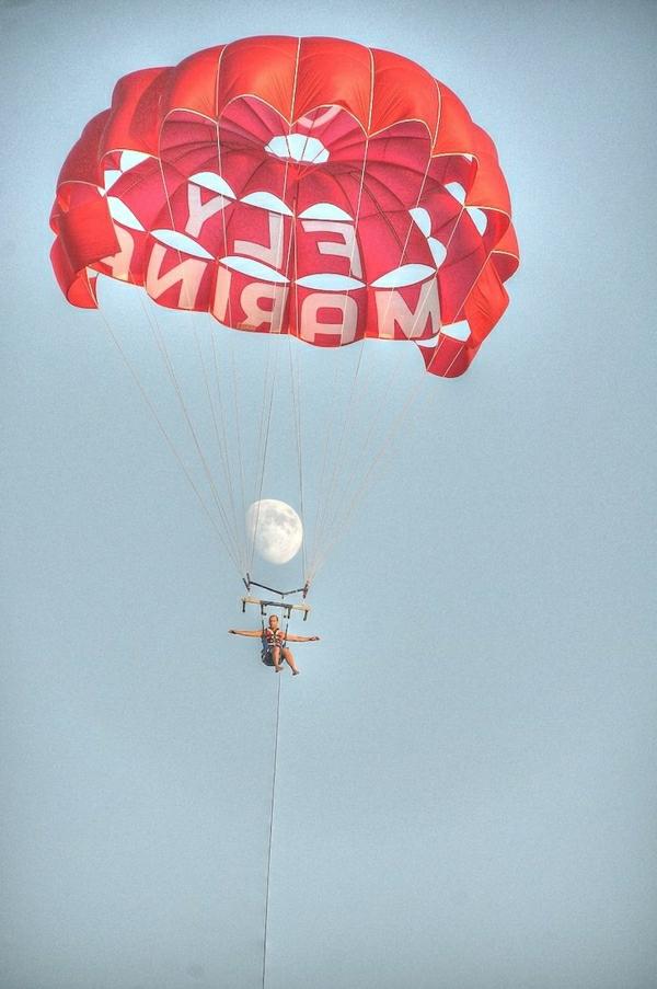 Fallschirm-rot-Mann-fliegen-Mond