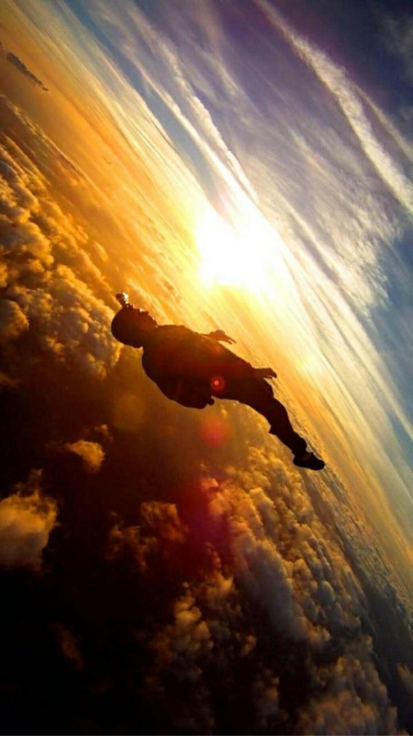 Skydiving-Mann-Himmel-Wolken