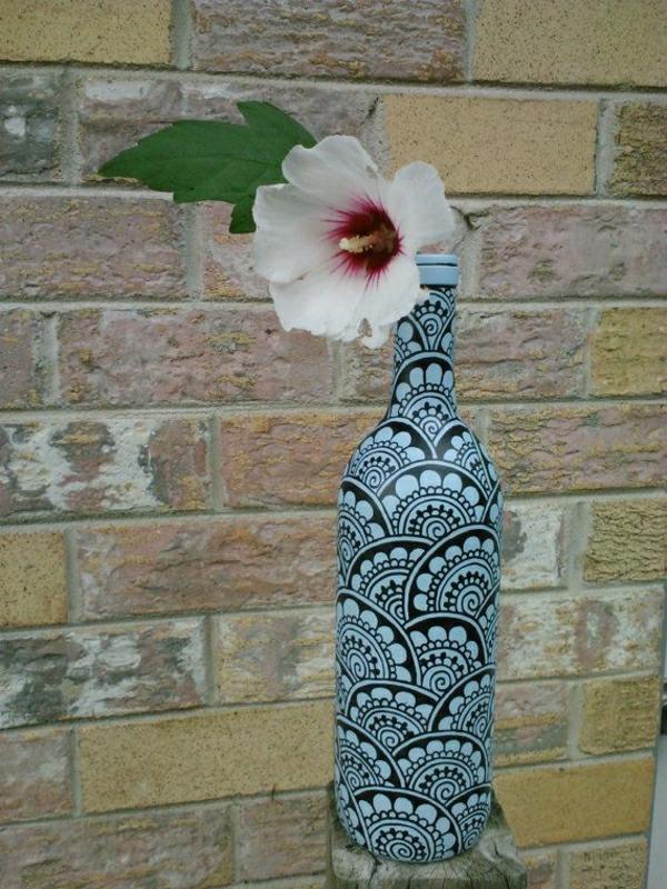 Weinflasche-Henna-Muster-Schwarz-Blau-Blume