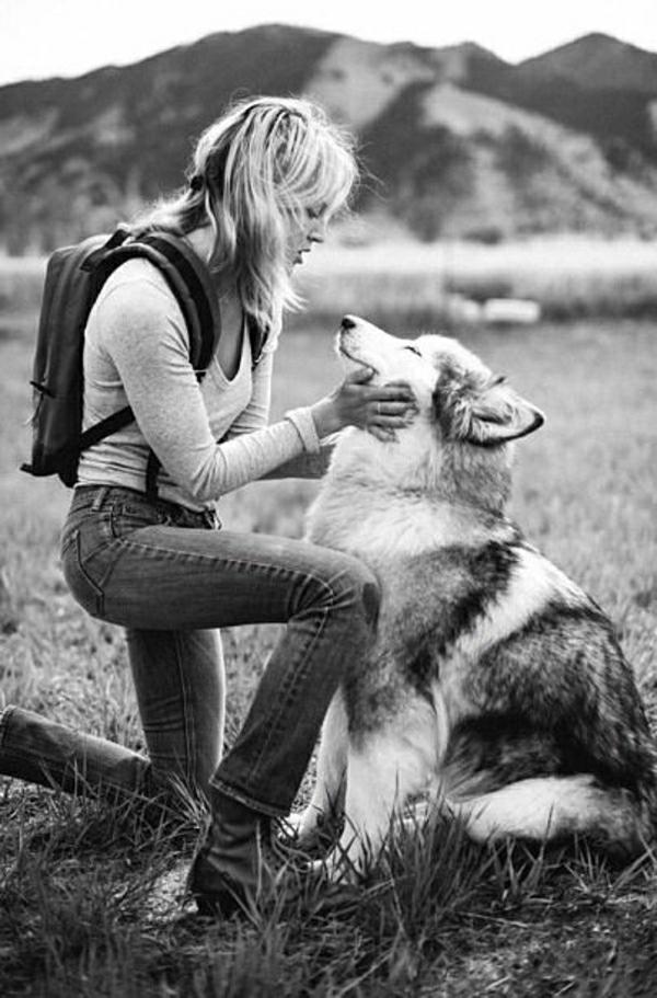 Hunde-Rassen-Frau-Hund-Gebirge