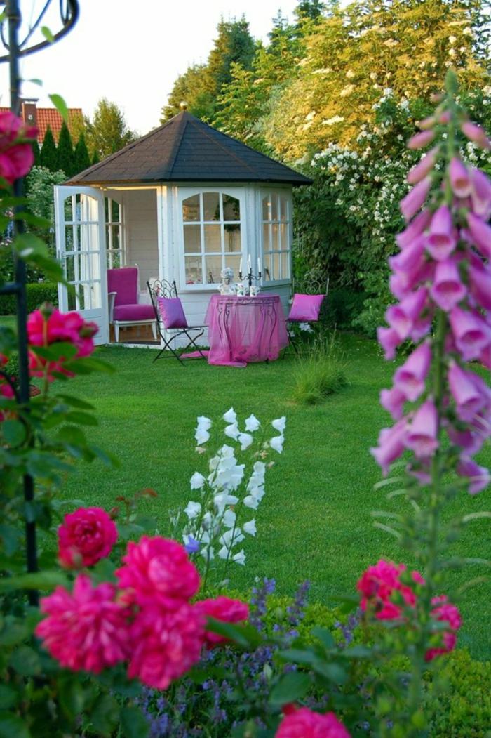 Gartenhaus-Tisch-lila.Tischdecke-Kissen-Blumen