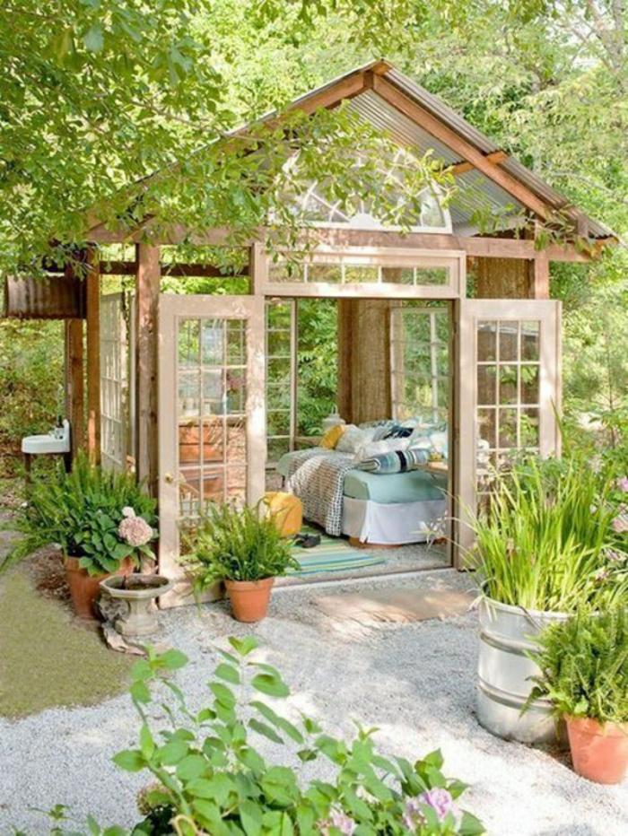 Gartenhaus-Sommer-Bett-Blumentöpfe
