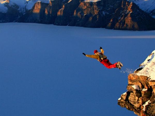 Gebirge-Fallschirmspringen-Mann-Sportausrüstung-Schnee-extrem