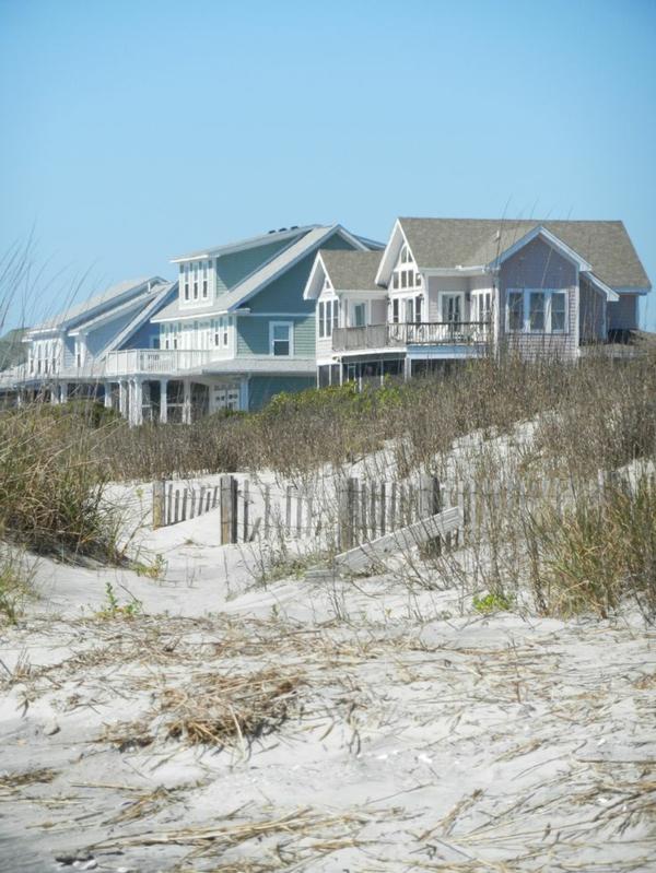 Häuser-erster-Linie-Sand