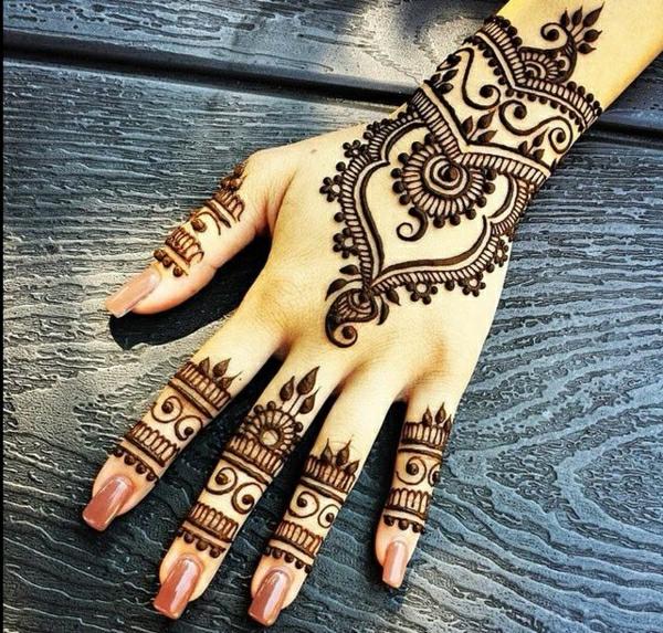 Henna-Muster-Tattoo-Hand-brauner-Nagellack-Holz