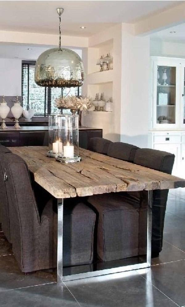 Küche-in-rustikalem-Stil-Sessel-hölzerner-Tisch-Metall-Leuchte-Kerzen