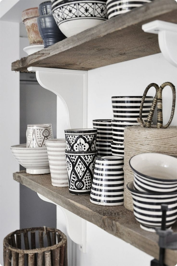 Küche-marokkanischer-Stil-Kaffeetassen-hölzerne-Regale