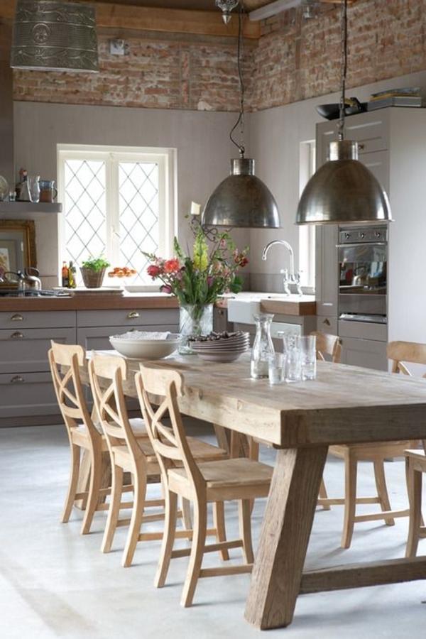 Küche-rustikales-Design-Esstisch-Massivholz-Leuchten-Metall-Ziegelwände