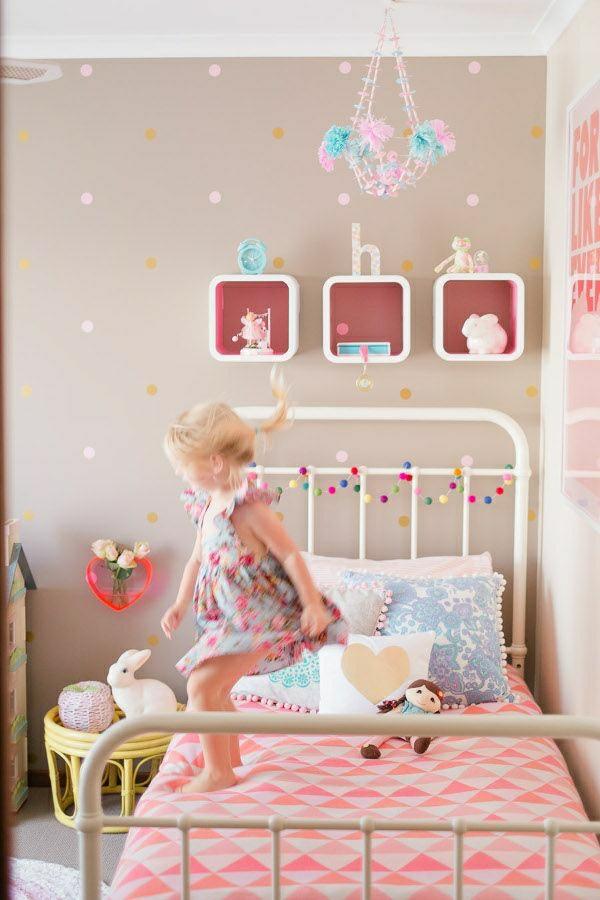 Kinderzimmer-Mädchen-rosa-Kronleuchter-aus-Papier-keramische-Hasen-Puppe