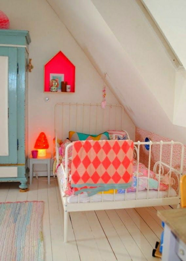 Kinderzimmer-Neonfarben-Dachschräge-Kleiderschrank-Holzboden