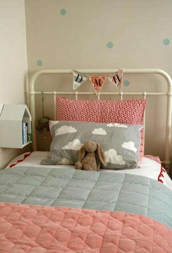 Kinderzimmer-Plüschtiere-Holzhaus-Bücherregal-Bücher-Kissen
