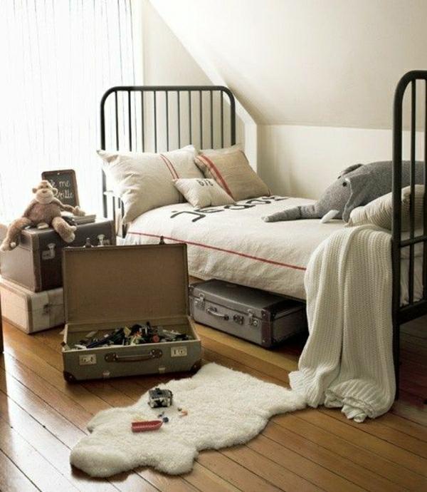 Bett-aus-Schmiedeeisen-Kinderzimmer-Plüschtiere-Koffer-Kissen