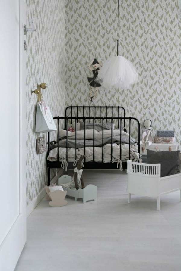 Kinderzimmer-Puppen-grau-Plüschtiere-kleine-Betten-Koffer-Ballet-Tutu-Leuchte
