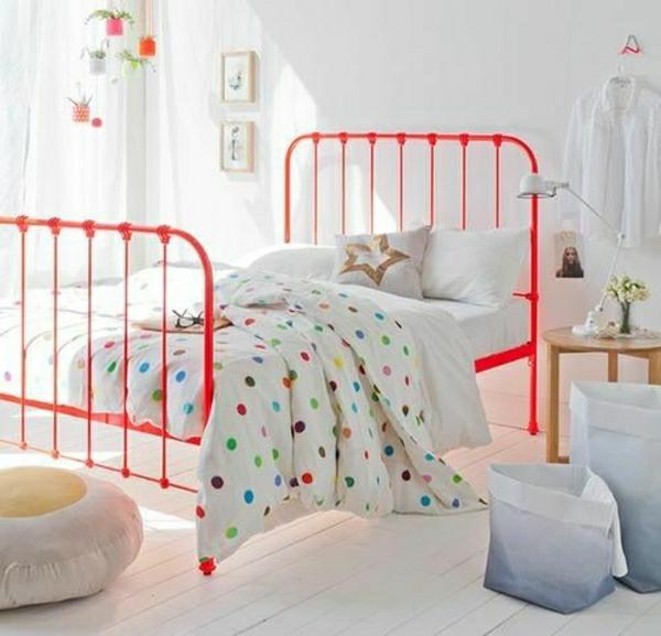 Schlafzimmer-oranges-Bett-Hemd-hängend-an-der-Wand-Kisse-Stern-Dekoration-stehende-Leuchte