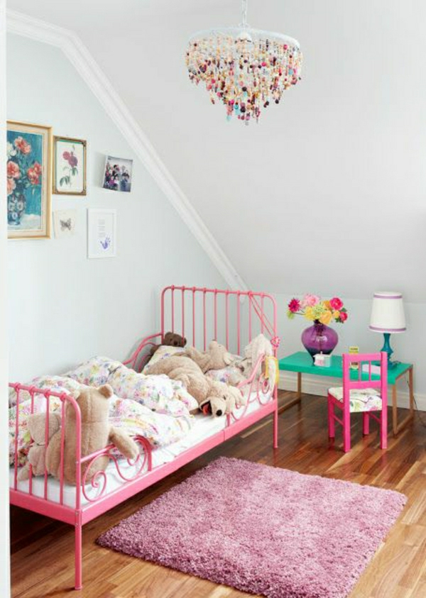 Kinderzimmer-rosa-Teppich-Kronleuchter-Steine-kleiner-Tisch-Stuhl-Plüschentiere