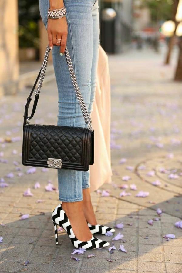 Knöchel-Jeans-schwarzer-Chanel-Zebrastreifen-Schuhe