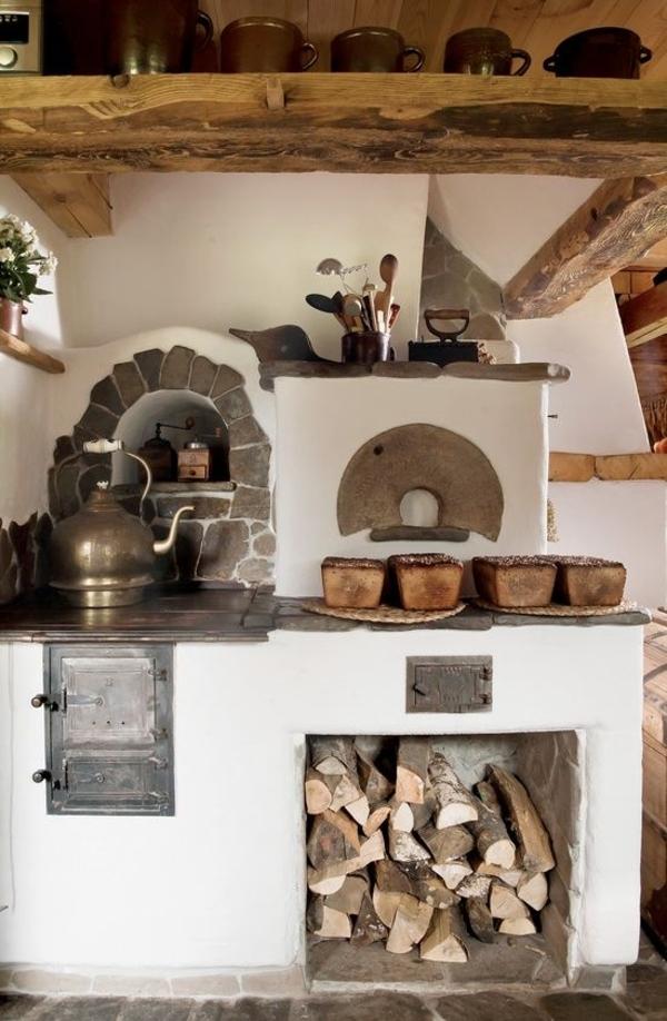 Landhausküche-Südfrankreich-Holz-Stein-Herd-Teekessel