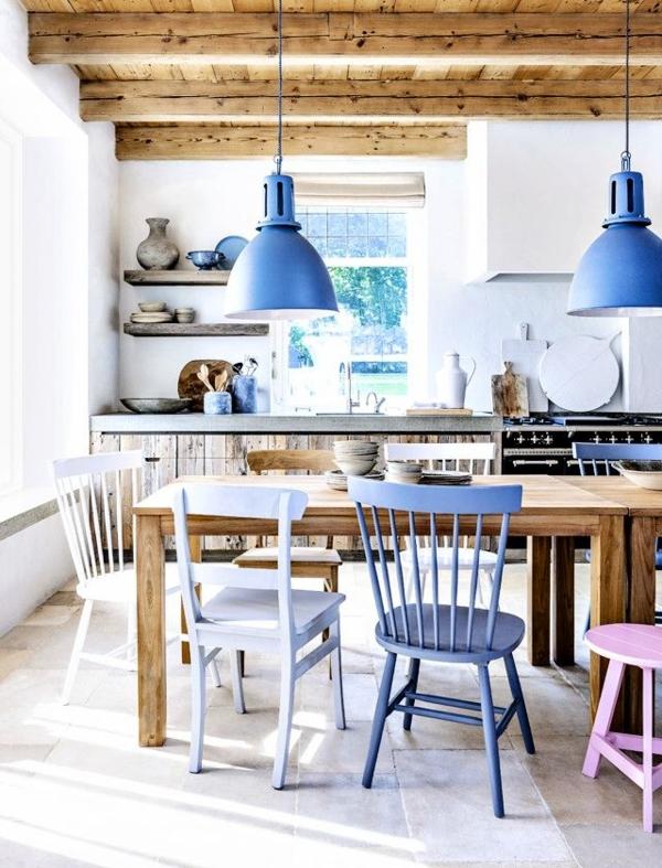Landhausküche-blaue-akzente-farbige-Stühle-Holztisch