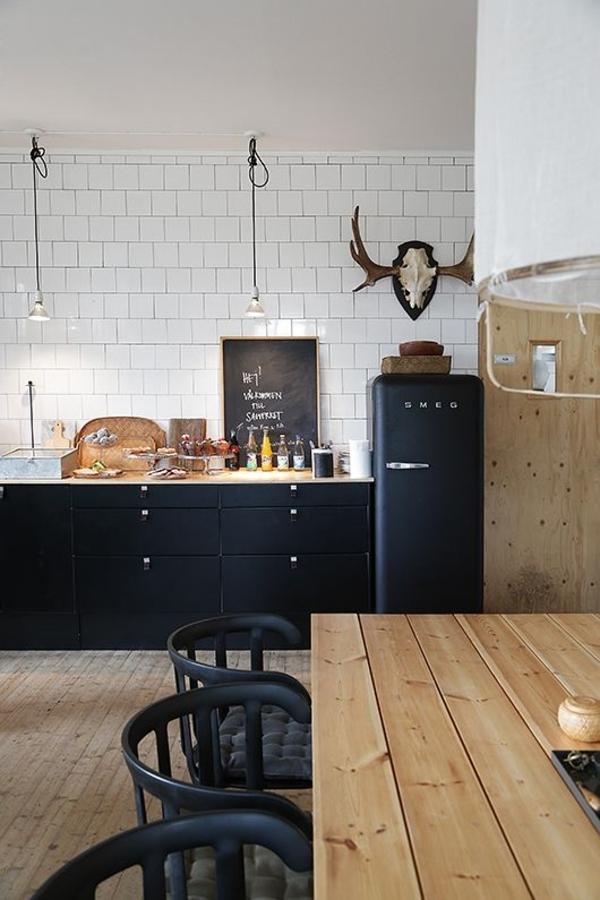 Landhausküchen-Holz-schwarze-Stühle-Kühlschrank-Geweih