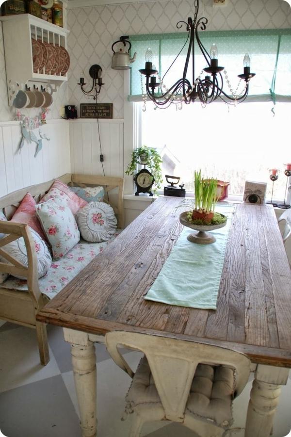 Landhausküchen-Stil-Holztisch-Bank-Kisse-Kronleuchter