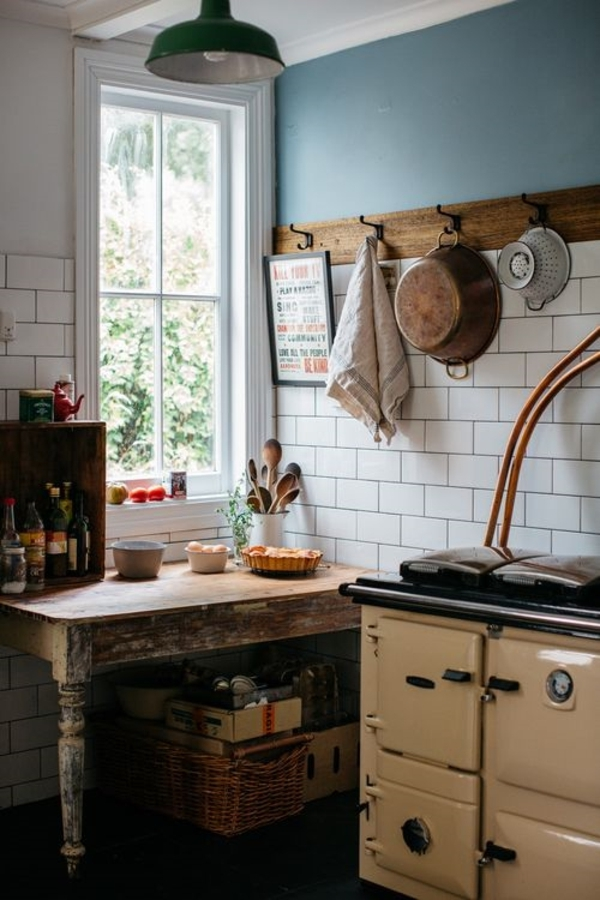 Landhausküchen-romantisch-grüne-Leuchte-veraltete-Möbel-Fenster