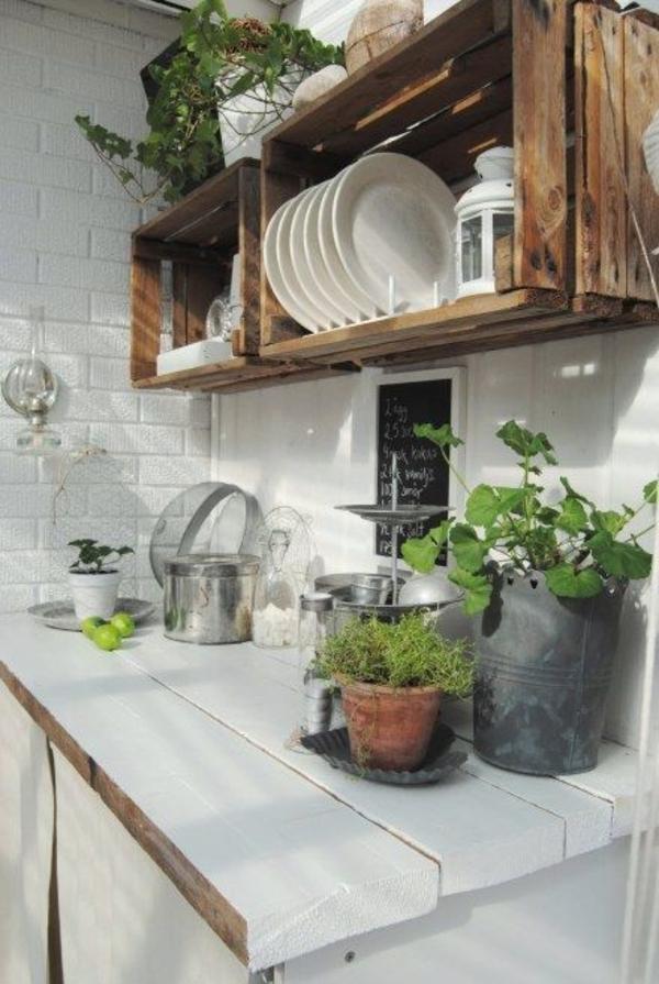 Landhausküchen-weiß-Holz-offene-Regale-Teller-Laternen-Blumentöpfe