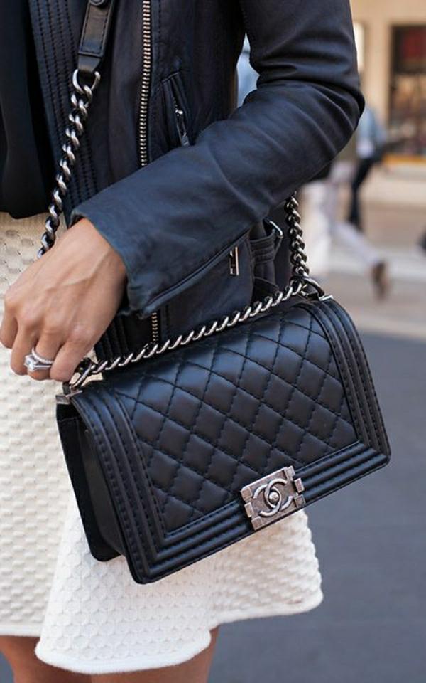 Lederjacke-schwarze-Chanel-Tasche-weißes-Kleid