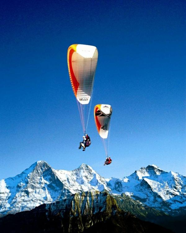 Paragleiten-Gebirge-Schnee-Interlaken-Schweiz-fliegen