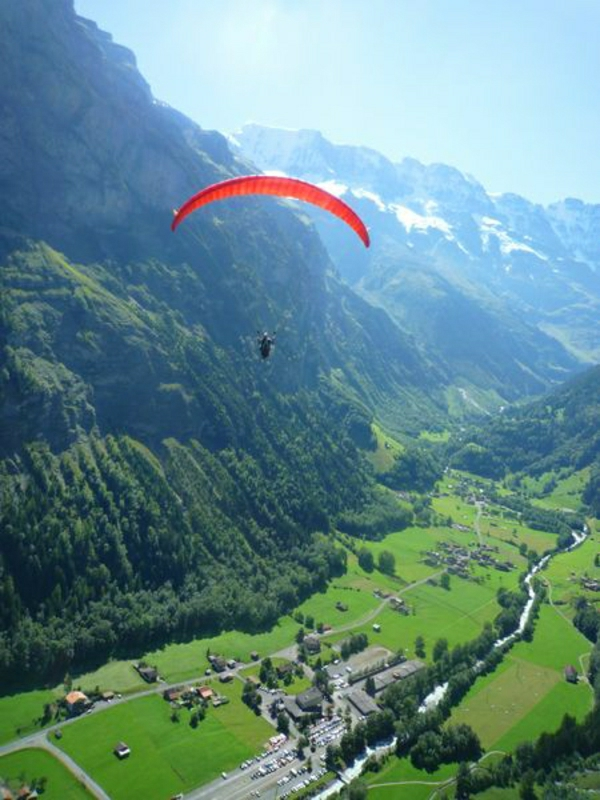 Paragleiten-Schweiz-Natur-Grün-Gebirge-Schnee-Stadt