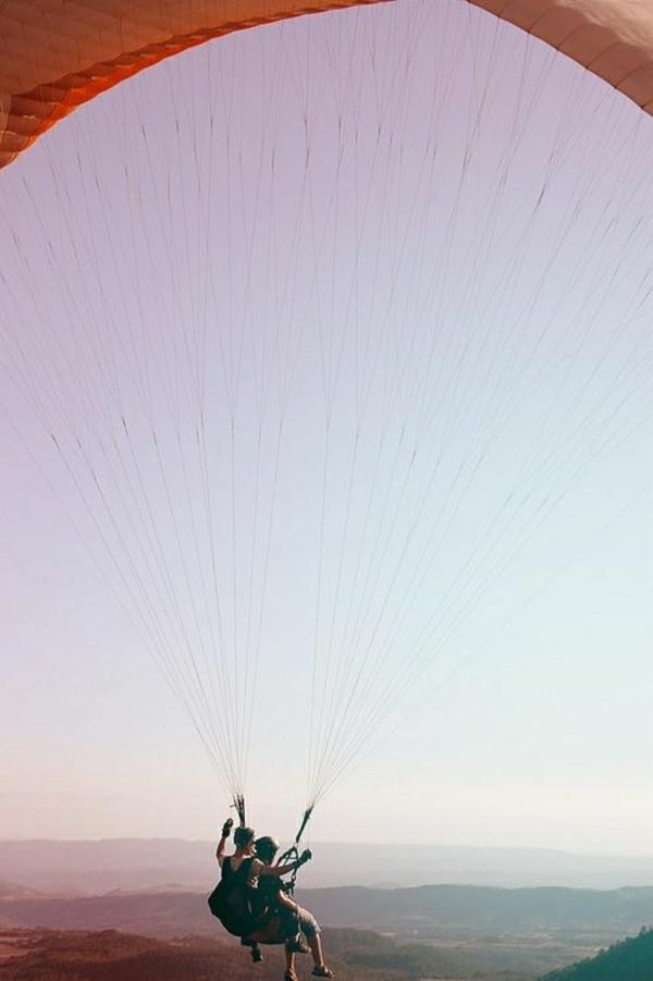 Paragleiten-Tandemflug-Man-Frau-Himmel-Natur