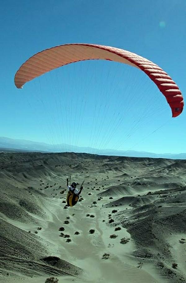 Paragleiten-Extrem-Wüste-Sand-Mann-fliegen-Himmel