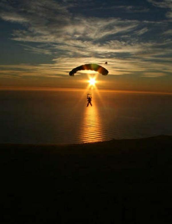 Paragleiten-Mann-Wasser-Sonne-Sonnenuntergang