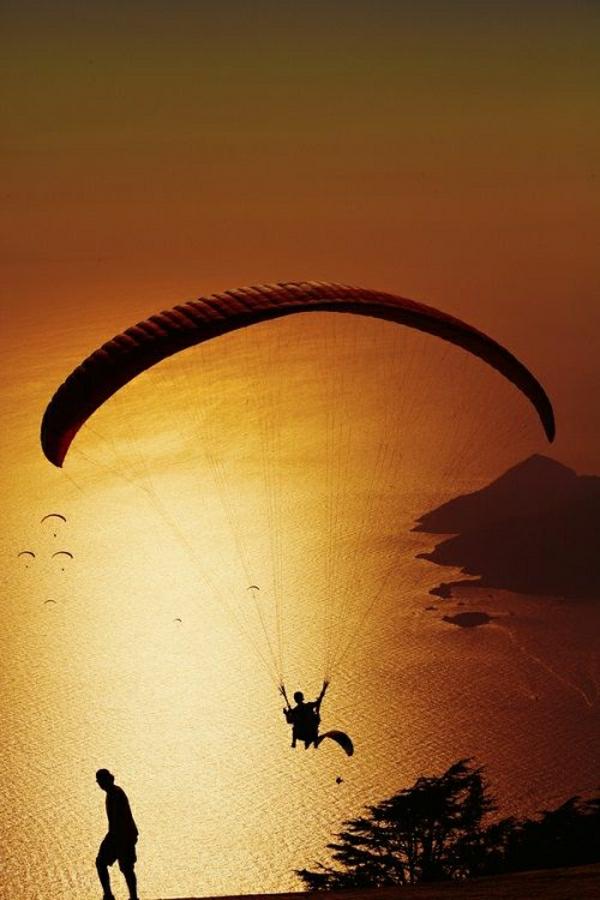 Paragliding-Männer-See-Sonnenuntergang