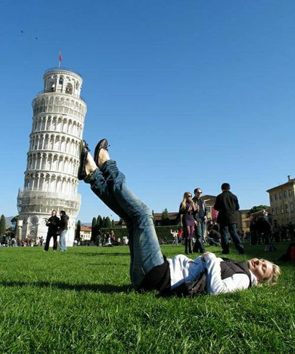 Pisa-Turm-Mädchen-Wiese