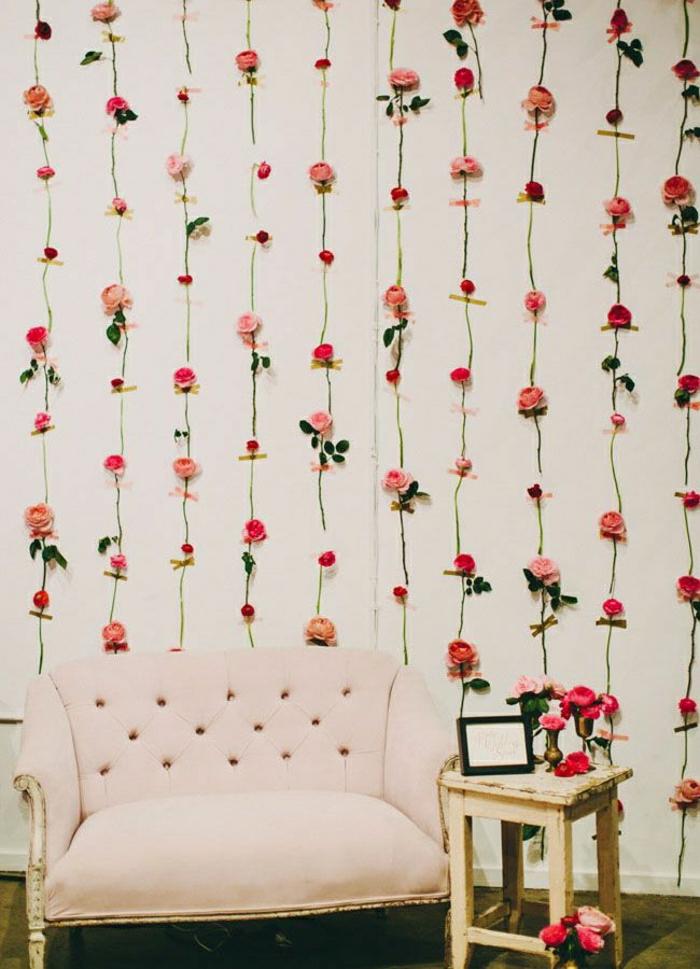 Rosen-Wand-Dekoration-rosa-Sessel