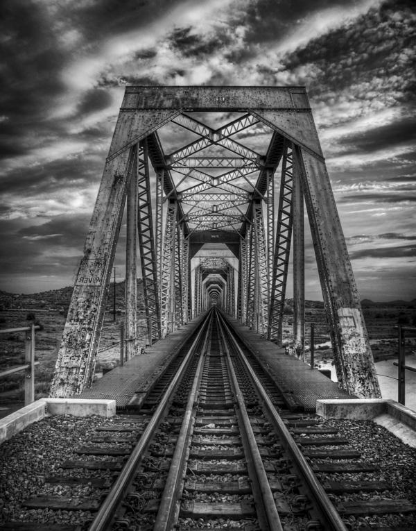 Schienen-dunkler-Himmel