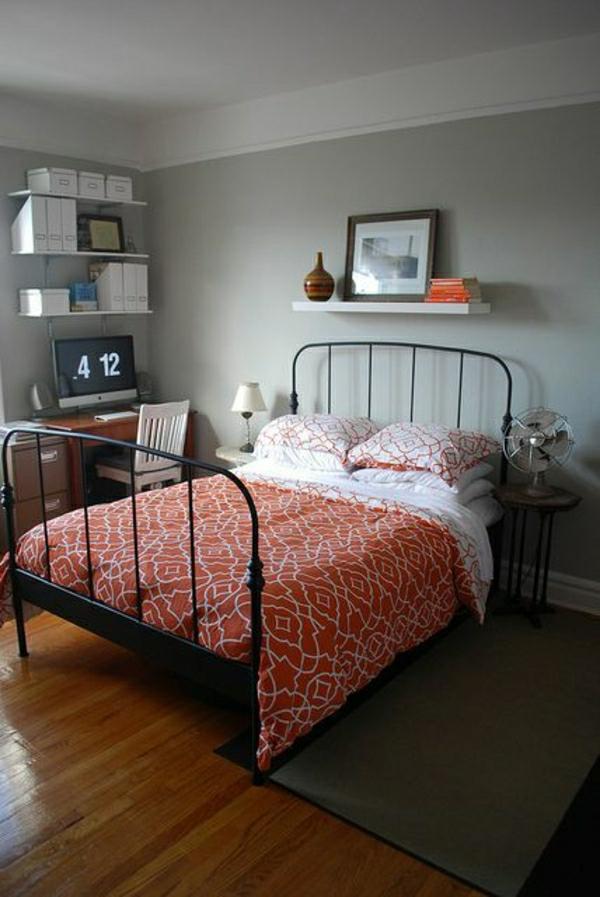 Schlafzimmer-Bücher-Computer-grau-oranges-Bettzeug-Ventilator
