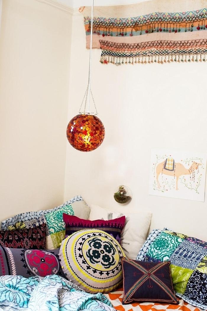 Schlafzimmer-Bett-Kissen-Leuchte-Boho-Stil