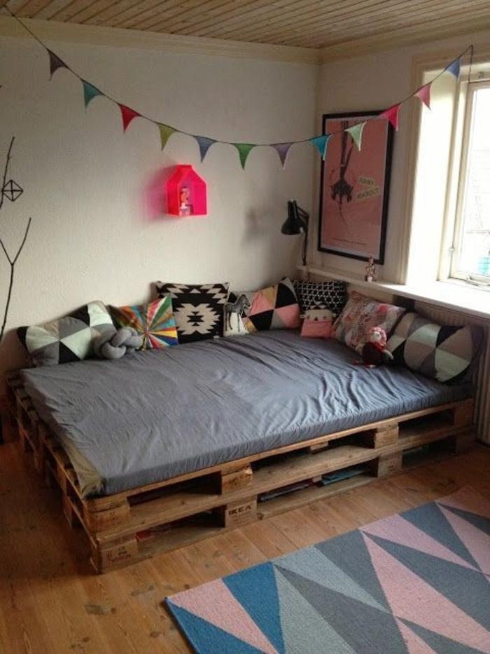 Schlafzimmer-Ideen-Bett-aus-Paletten-Wanddeko-Boho-Kissen