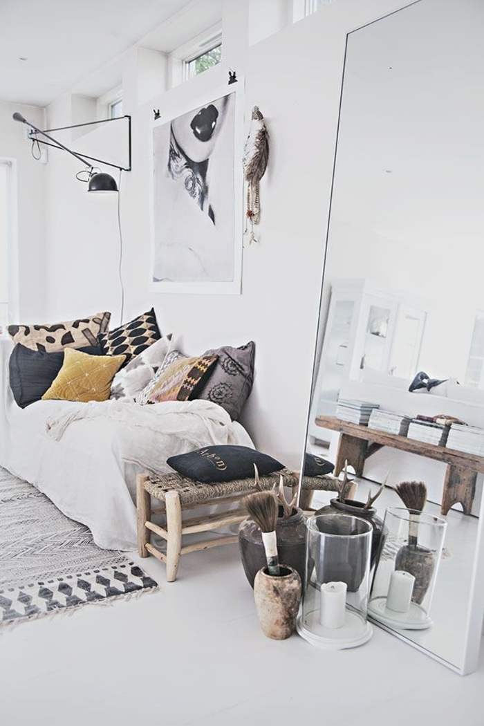 Schlafzimmer-Ideen-Sessel-mit-Boho-Kissen