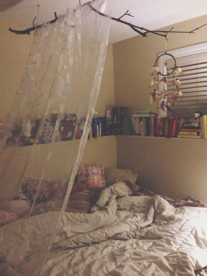 Schlafzimmer-Ideen-in-Boho-Stil-Bücher-Gardinen-Kissen-Traumfänger