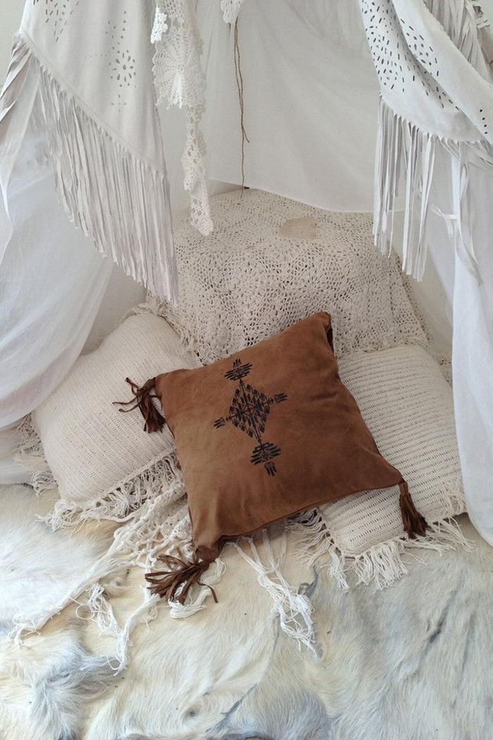 Schlafzimmer-Ideen-in-Weiß-und-Braun-Boho-Kissenbezug-Tierhaut