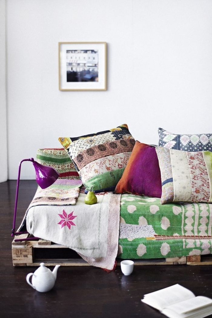 Schlafzimmer-Ideen-Paletten-Bett-Boho-Kissen-Lampe-Birne-Buch-Kaffe-Kanne-Tasse