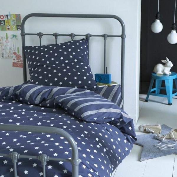 Schlafzimmer-blau-Sterne-keramischer-Hase-Turnschuhe