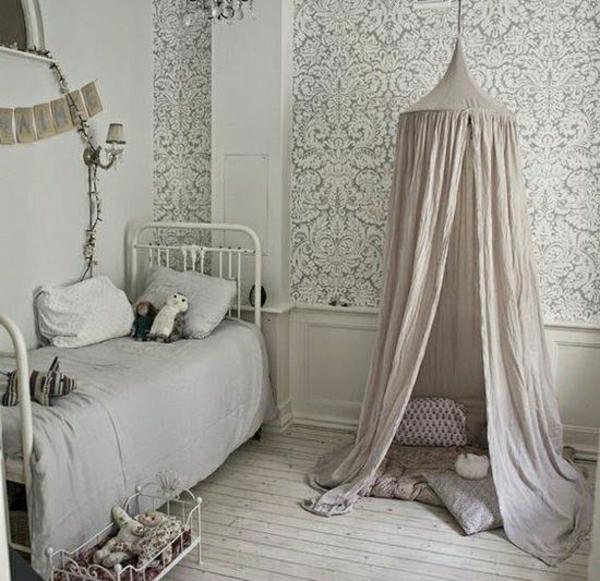 Kinderzimmer-Schmiedeeisen-Bett-graue-Bettdecke-Plüschtiere-Puppe-Zelt-Kissen