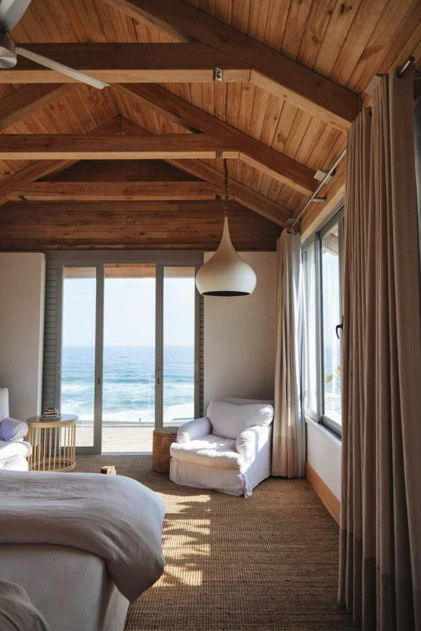 Schlafzimmer-interessante-Leuchte-Holzdach-Rattan-Teppich-Meer